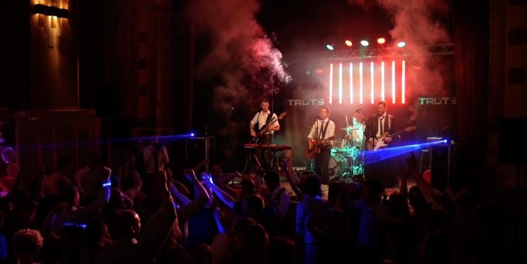 Coverband Trots spotlight optreden